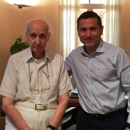 El Profesor Santiago Grisolía recibe a nuestro Director Carlos Ledó
